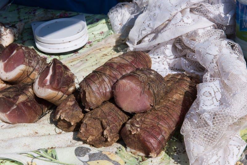 Grisköttkött som är klart att lagas mat in i ljuva läckerheter arkivfoton