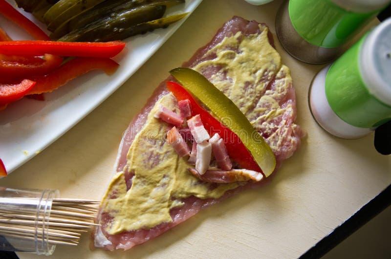 Grisköttskinka rullar med gurkan, paprika som är hemlagad royaltyfria foton