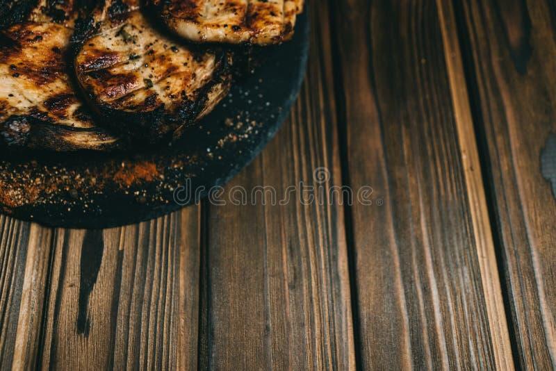 Grisk?ttbenbiff p? en tr?bakgrund med honung Br?det kritiserar kenza peppar arkivfoto