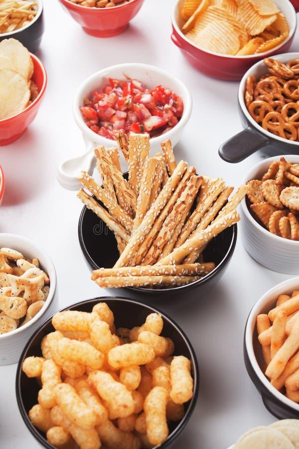 Grissini咸棍子用芝麻和其他美味快餐 免版税图库摄影