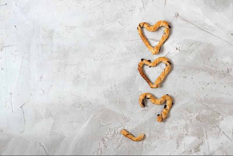 Grissini -传统意大利咸面包棒洒与橄榄 免版税库存照片