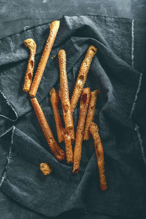 Grissini -传统意大利咸面包棒洒了与 库存照片