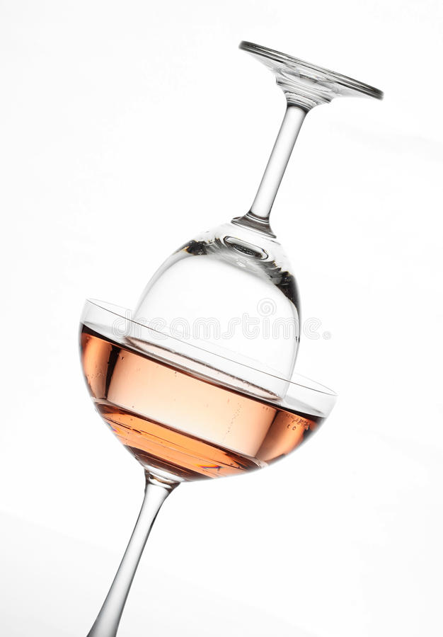 Gristra rosa vin i den idérika sammansättningen för vinexponeringsglas och för coctailexponeringsglas royaltyfri foto