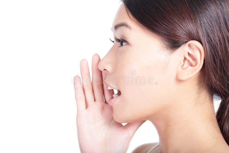 Gritando o close up da boca da mulher fotografia de stock royalty free