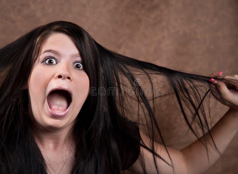Gritar adolescente novo adorável na surpresa fotografia de stock royalty free
