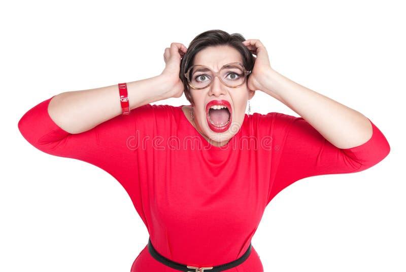 Gritar assustado bonito mais a mulher do tamanho no vestido vermelho isolado imagens de stock