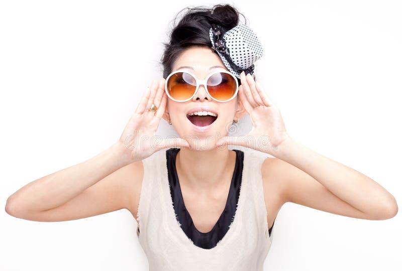 Gritar chinês feliz Funky, subtil, excited da mulher fotografia de stock