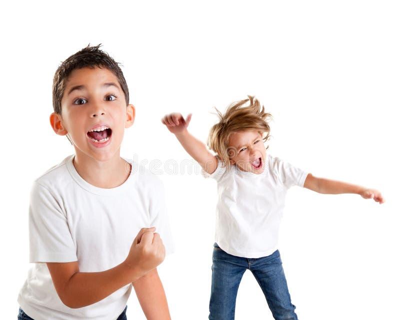 Gritar dos miúdos Excited e gesto felizes do vencedor imagens de stock