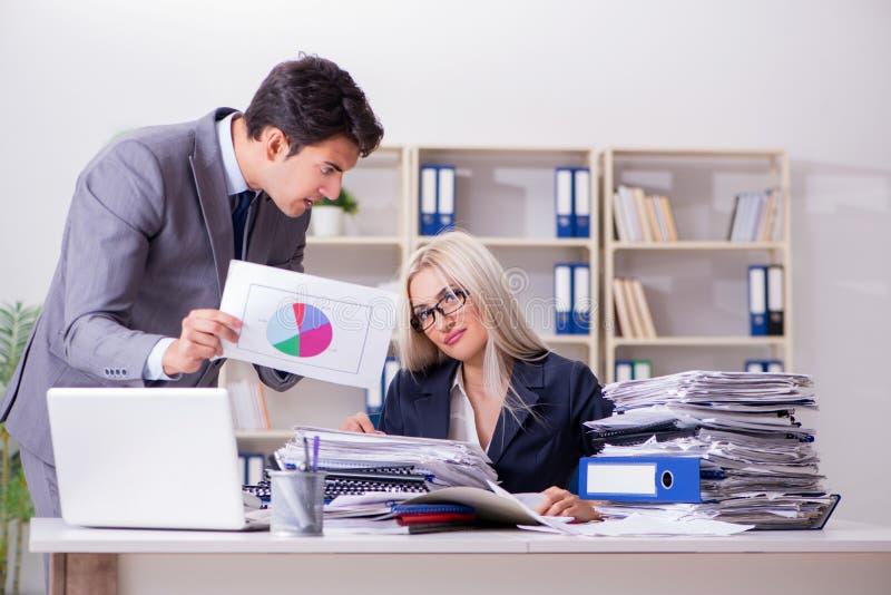 Gritar e gritaria irados irritadas do chefe em seu empregado do secretário imagem de stock