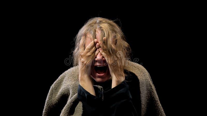 Gritar fêmea forçado na amargura, transtorno mental do sofrimento, pesadelo fotos de stock royalty free