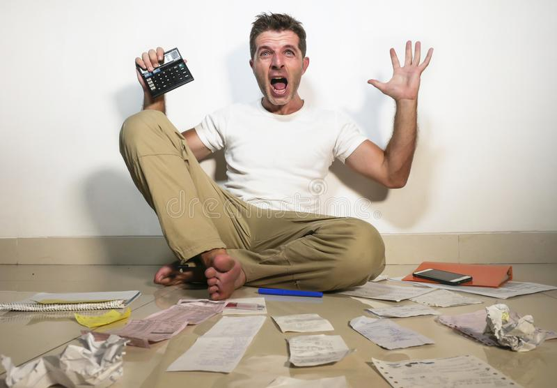 Gritar forçado louco do homem preocupado guardando o accounti da calculadora foto de stock royalty free