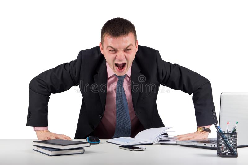 Gritar irritado do homem de negócios isolado no branco olhando a câmera imagem de stock
