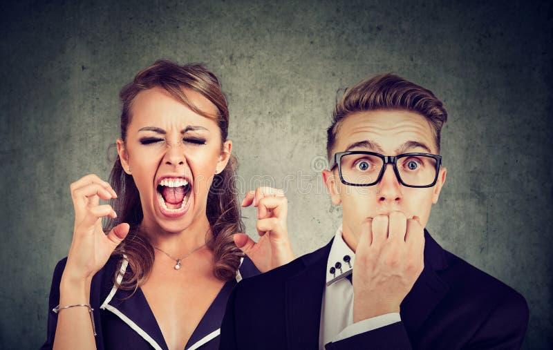 Gritar louco irritado da mulher e homem temível foto de stock royalty free