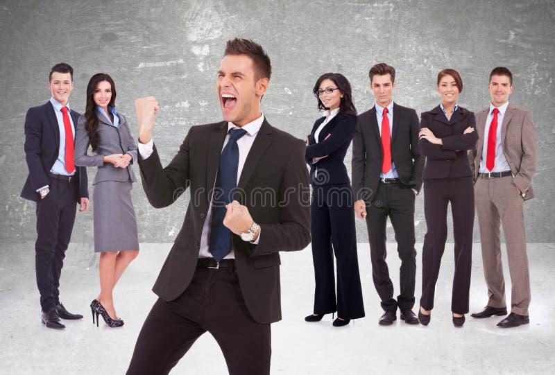 Gritar do líder da alegria na frente de sua equipe bem sucedida imagens de stock royalty free