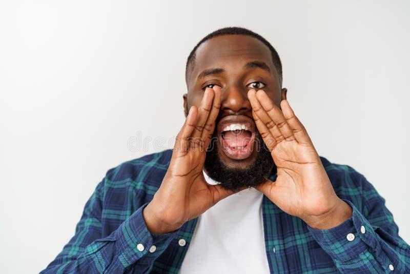 Gritaria afro-americana nova do homem shout Homem emocional que grita Emo??es humanas, conceito da express?o facial imagem de stock