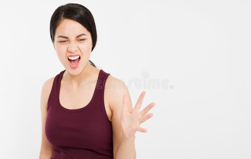 Gritaria asiática irritada da mulher à parte dianteira com a boca largamente aberta no fundo branco isolado fotos de stock royalty free