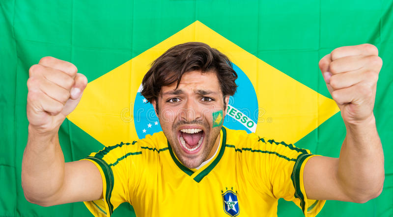 Gritaria Bem Sucedida Do Desportista Contra A Bandeira Brasileira Fotografia de Stock