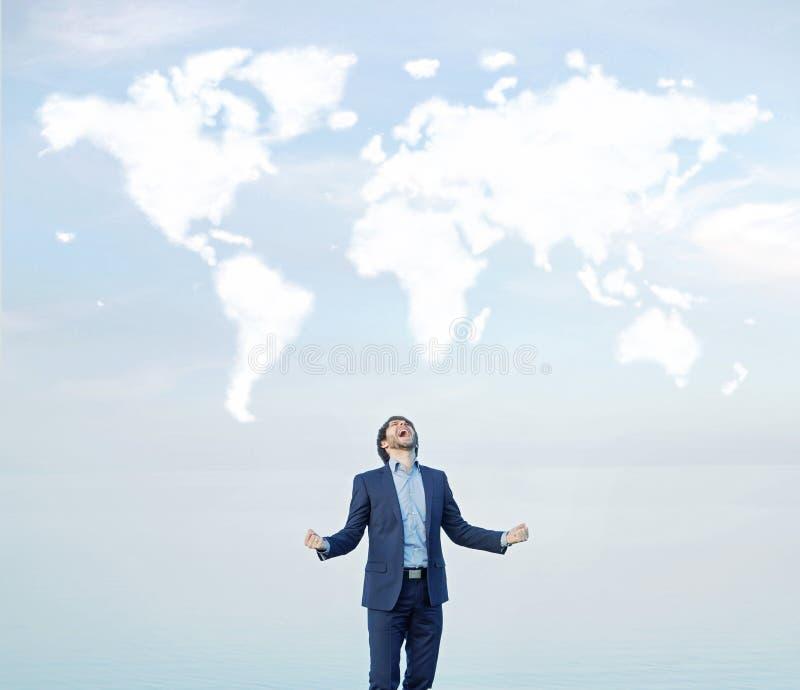 Gritaria bem sucedida do homem de negócios ao mundo imagem de stock royalty free
