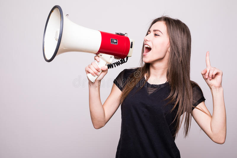 Gritaria bonita da menina no megafone no espaço da cópia fotos de stock