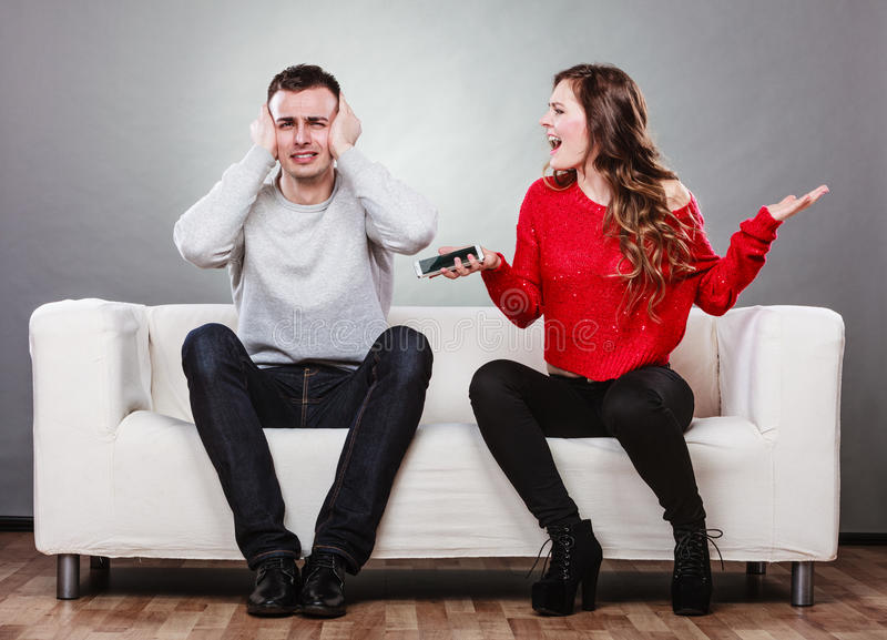 Gritaria da esposa no marido Homem de engano betrayal imagem de stock