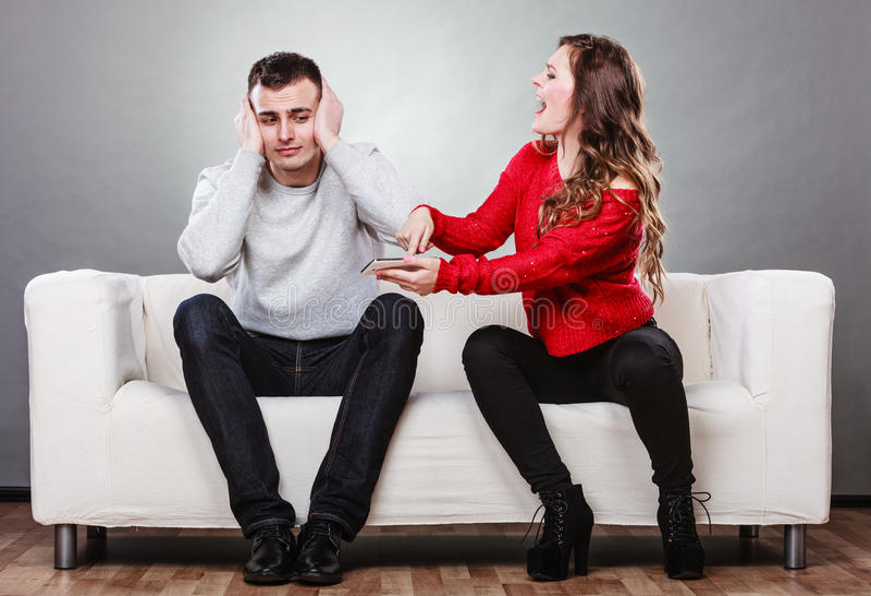 Gritaria da esposa no marido Homem de engano betrayal foto de stock