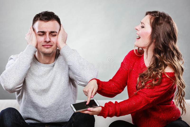 Gritaria da esposa no marido Homem de engano betrayal fotografia de stock royalty free