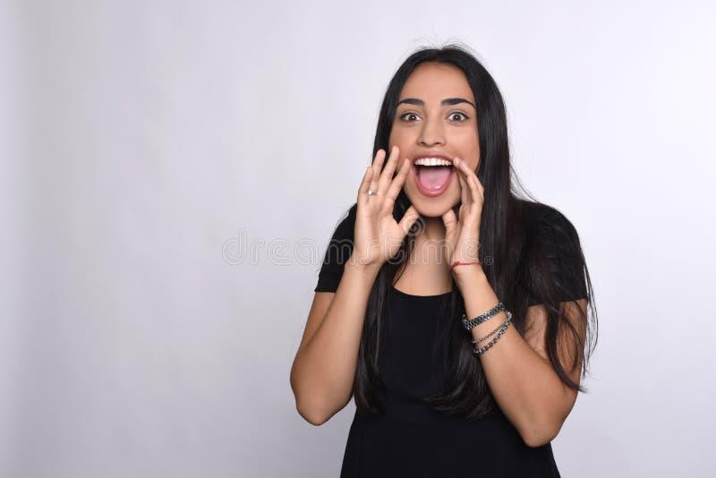 Gritaria da jovem mulher e gritar imagem de stock
