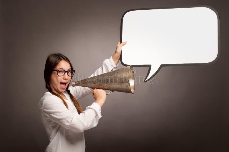 Gritaria da moça com um megafone velho imagem de stock