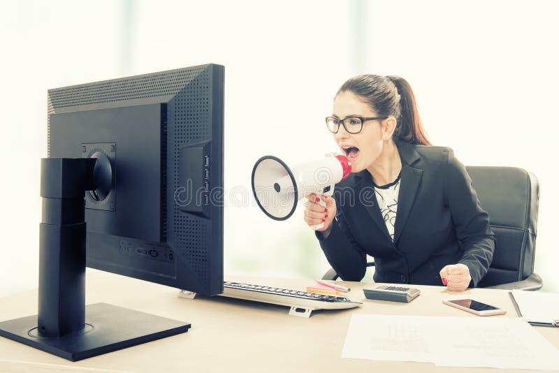 Gritaria da mulher de negócios no megafone foto de stock