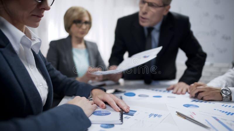 Gritaria do homem de negócio em empregados no escritório, éticas de trabalho, trabalho fatigante foto de stock
