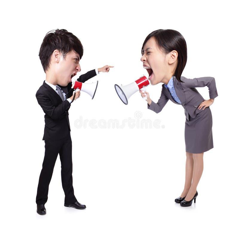 Gritaria do homem e da mulher de negócio entre si fotos de stock