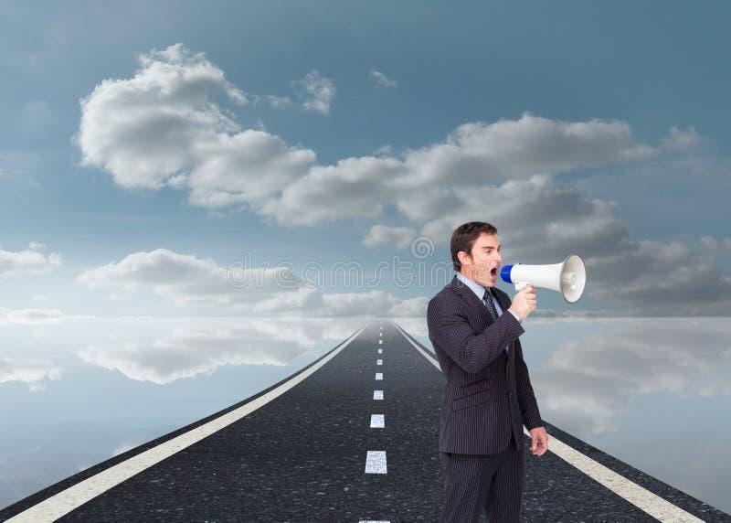 Gritaria ereta do homem de negócios através de um megafone imagens de stock