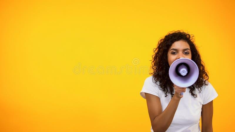 Gritaria f?mea afro-americana no megafone, rela??es p?blicas, opini?o social foto de stock royalty free