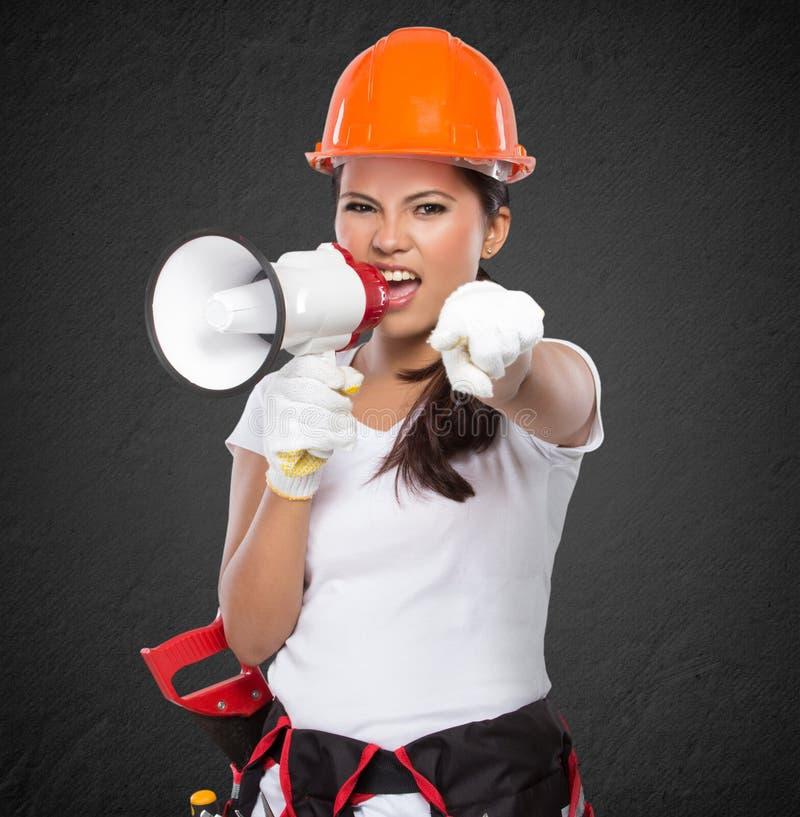 Gritaria fêmea do trabalhador da construção imagem de stock royalty free