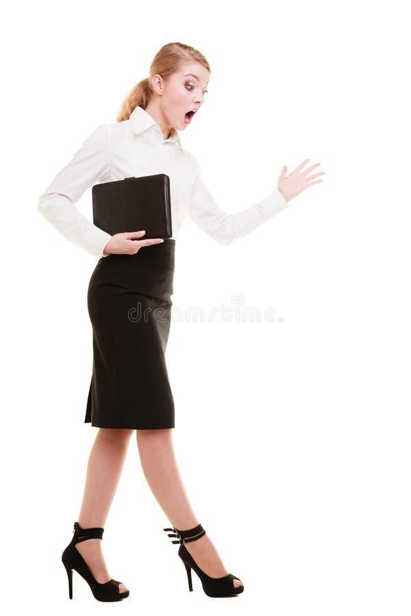 Gritaria gritando do professor louco completo da mulher de negócios do comprimento fotos de stock royalty free