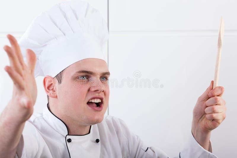 Gritaria irritada do cozinheiro chefe fotografia de stock