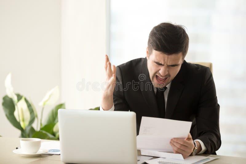 Gritaria irritada forçada do homem de negócios descontentada com docume mau foto de stock royalty free