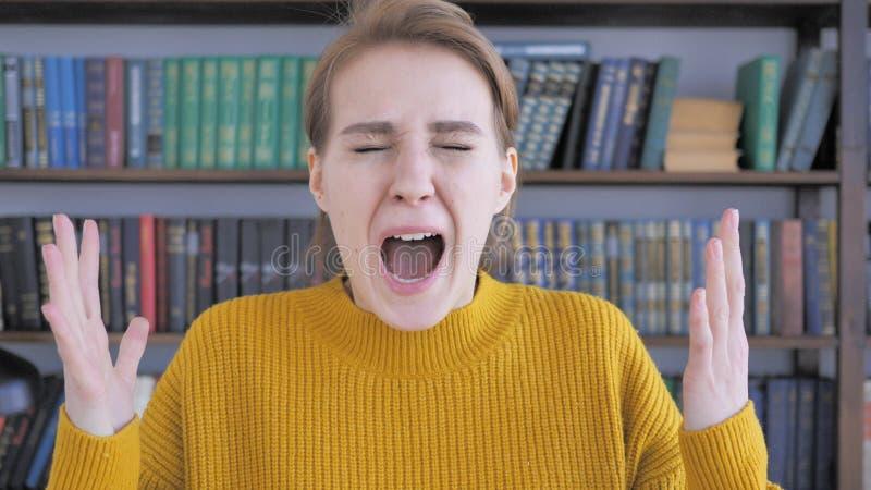 Gritaria, jovem mulher gritando na raiva imagem de stock royalty free