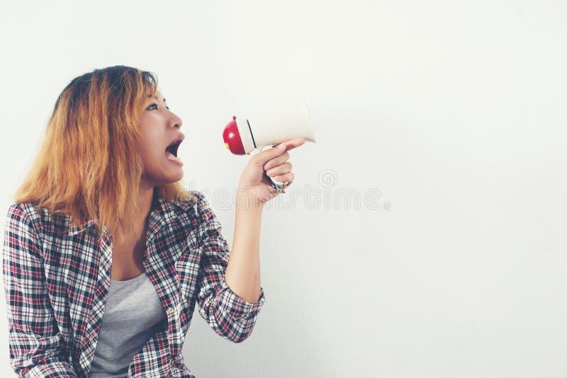 Gritaria nova da mulher do moderno através do megafone fotografia de stock
