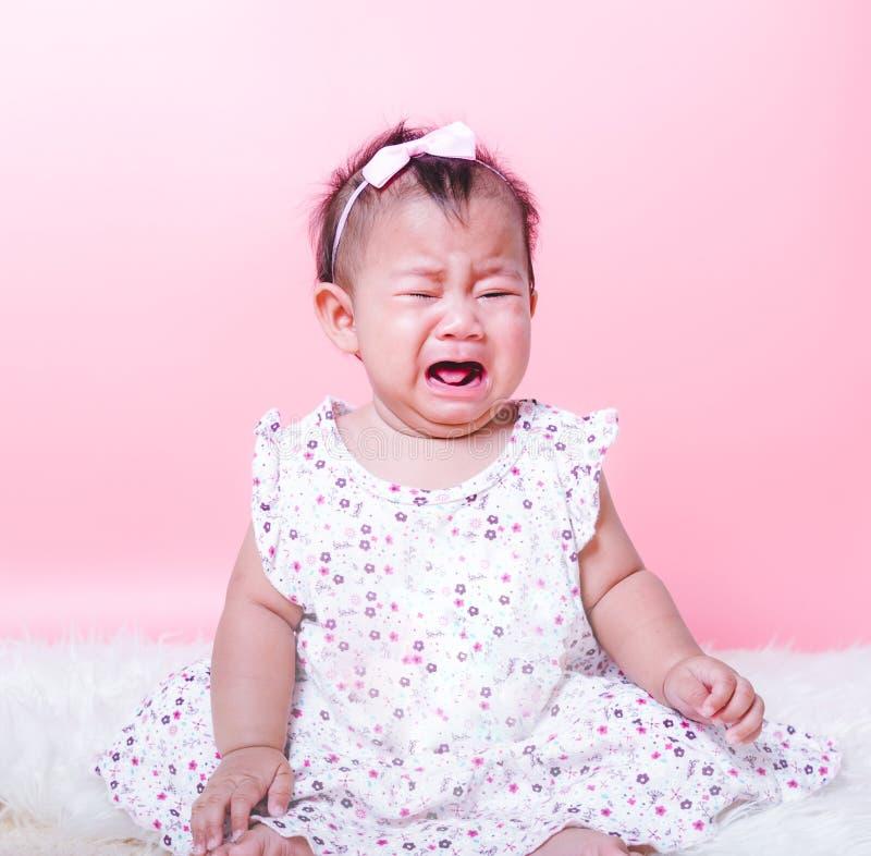 Griterío asiático de la cara del bebé de la muchacha imagenes de archivo