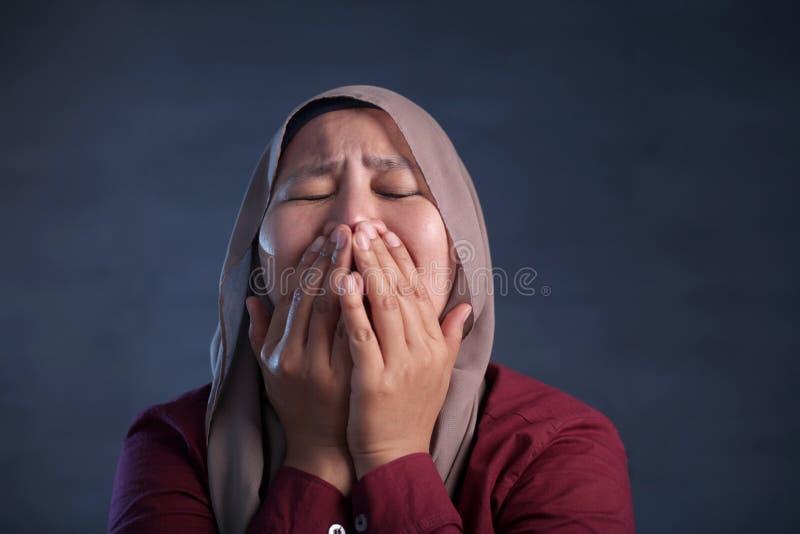 Griterío asiático de la mujer del pesar imagen de archivo