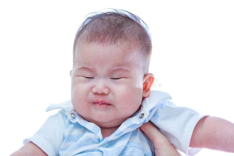 Griterío asiático del bebé del primer Bebé triste en el fondo blanco imagen de archivo libre de regalías