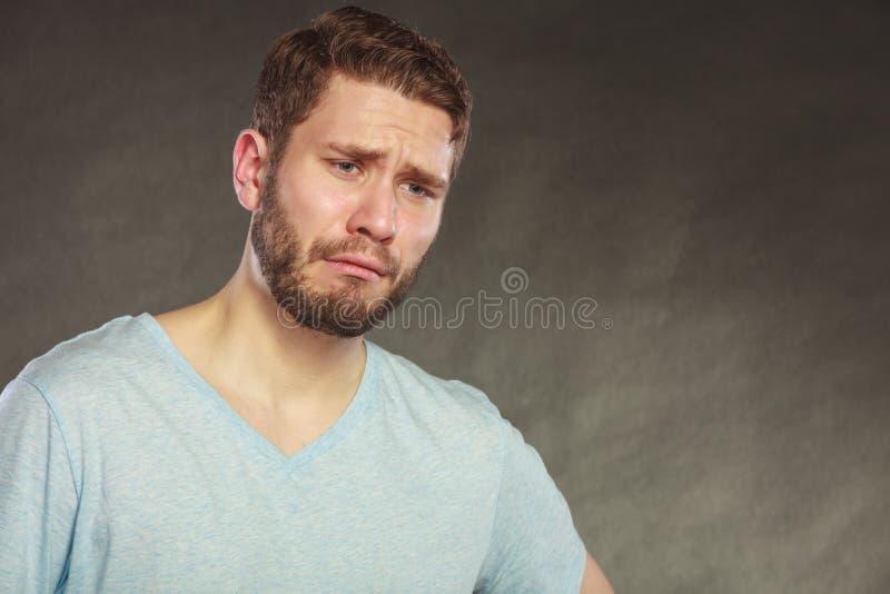 Griterío hermoso deprimido triste del individuo del hombre fotografía de archivo