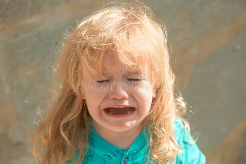 Griterío infeliz lindo del bebé fotos de archivo libres de regalías