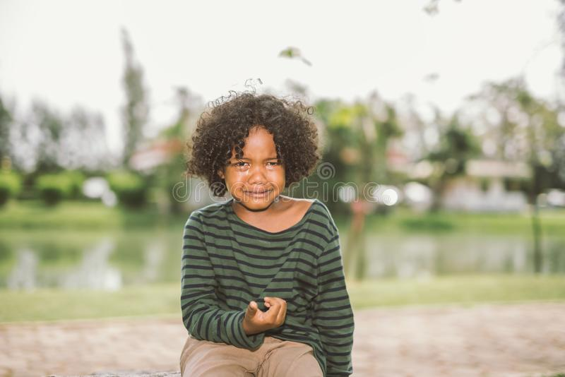 Grito afro-americano pequeno do menino fotografia de stock