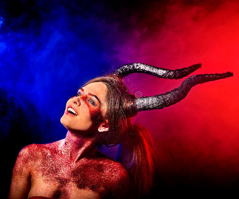 Grito agressivo da mulher satan louca no inferno Criatura da reencarnação da bruxa fotografia de stock