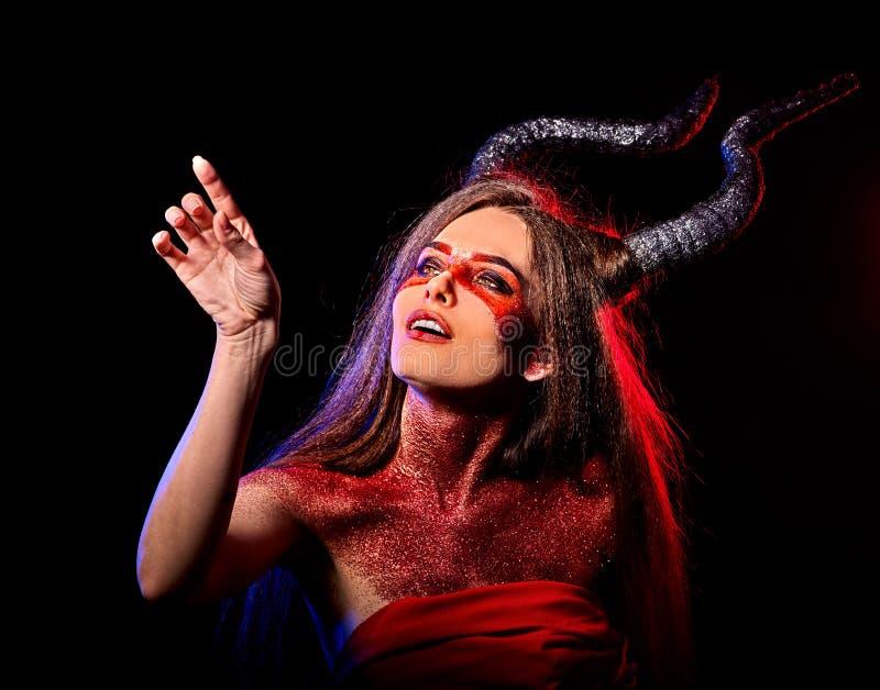 Grito agressivo da mulher satan louca no inferno Criatura da reencarnação da bruxa imagem de stock