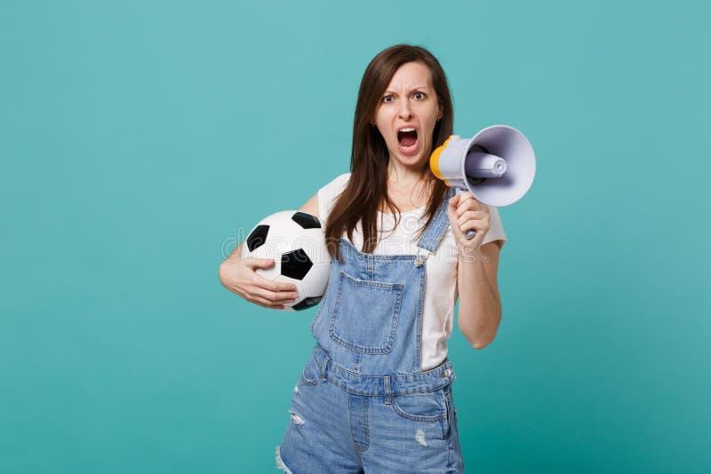 Grito chocado del fanático del fútbol de la muchacha en equipo preferido de la ayuda del megáfono con el balón de fútbol aislado  foto de archivo