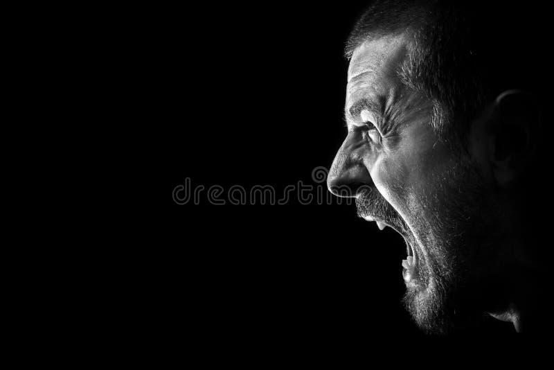 Grito da raiva - homem louco mau furioso irritado imagem de stock