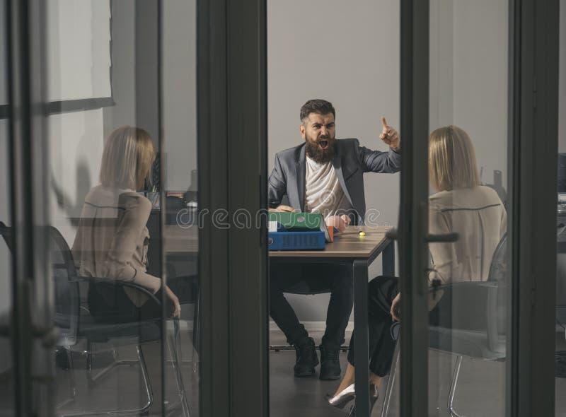 Grito de Boss en el contable en oficina El hombre y la mujer de Boss discuten la crisis del presupuesto y del dinero de la compañ imagen de archivo libre de regalías